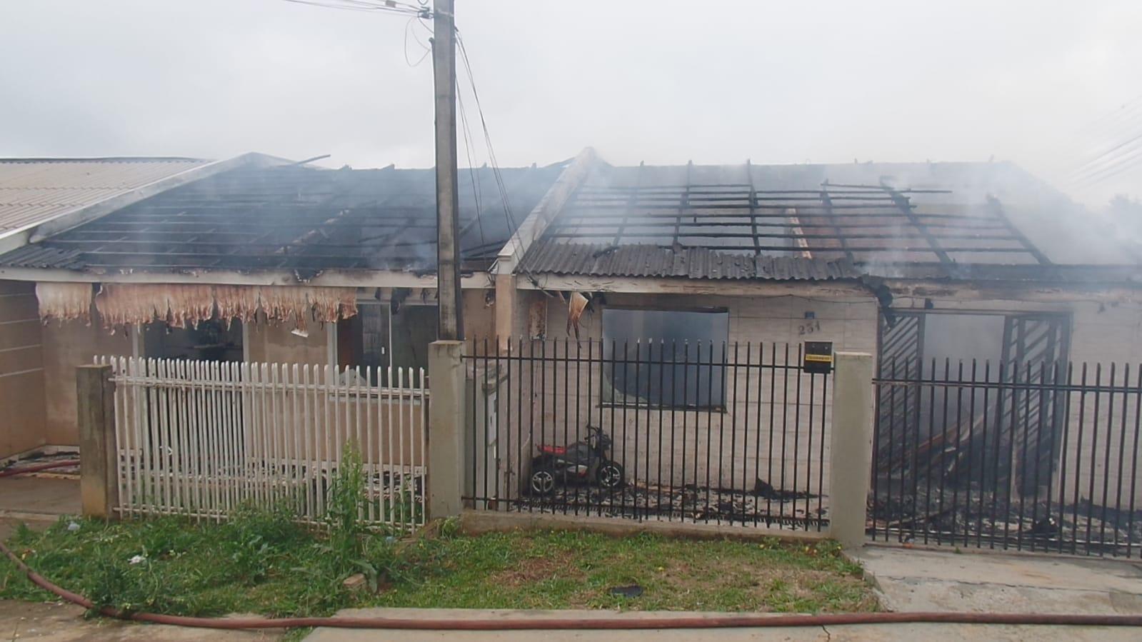 Vídeo: Duas casas são totalmente destruídas por incêndio em Ponta Grossa