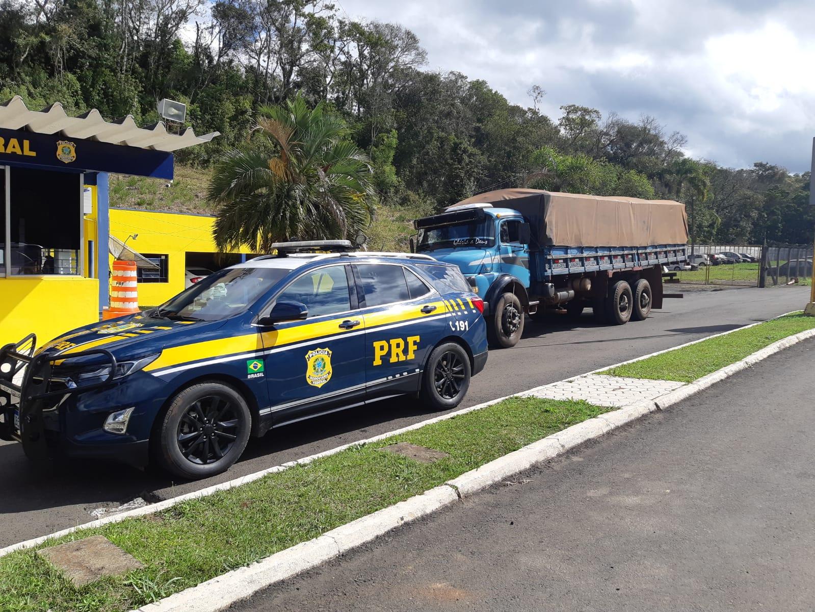 Motorista é preso pela PRF após tentar fugir com cigarros contrabandeados