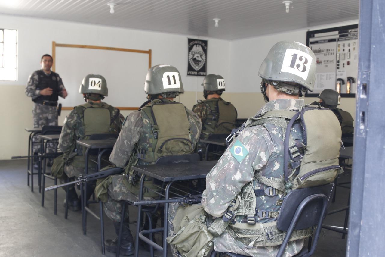 Policias militares realizam apresentação do canil do 1º bpm a militares do exército brasileiro