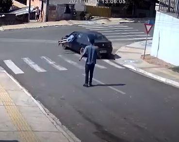 Vídeo: Homem salta em direção ao um carro desgovernado em Castro