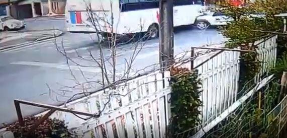 Vídeo: Câmera de segurança flagra batida entre micro-ônibus e pick-up em Castro