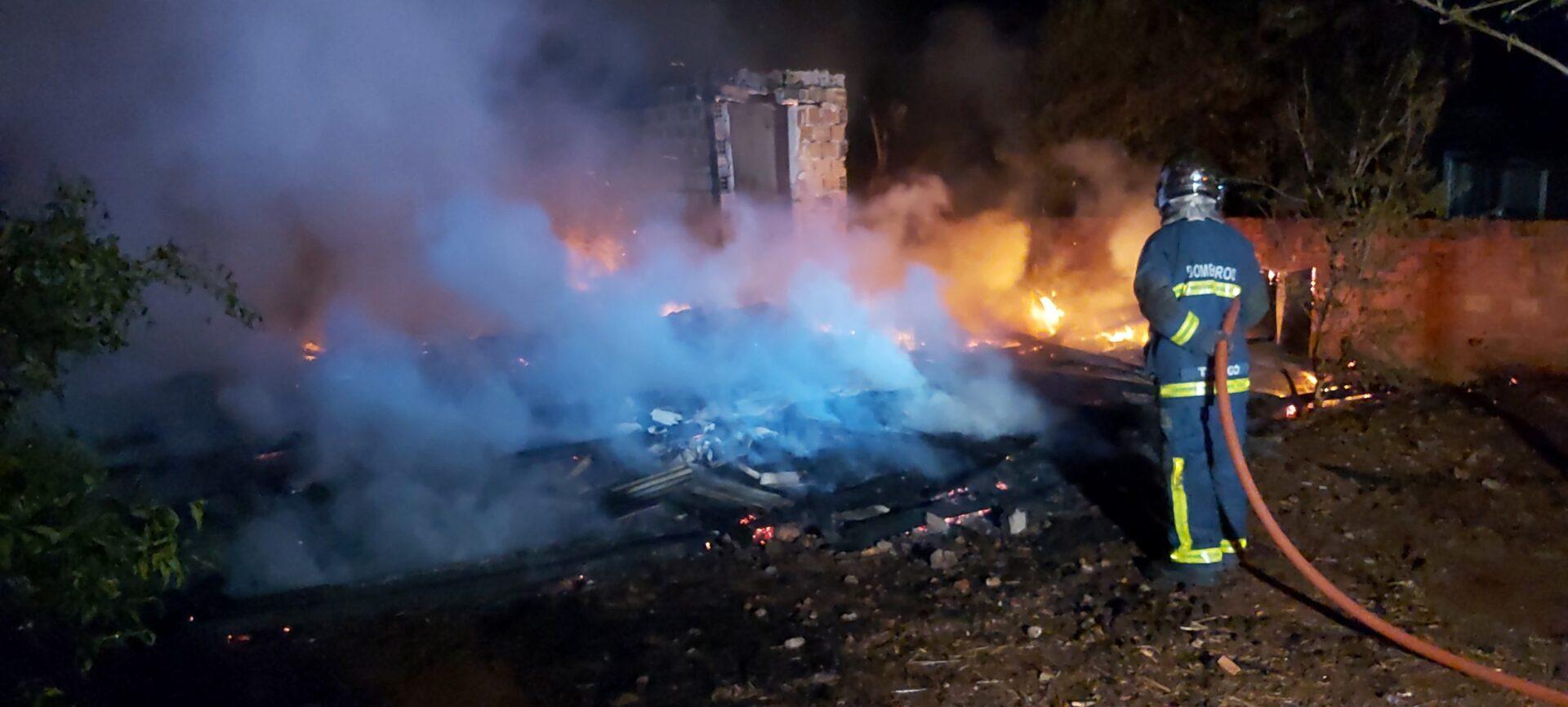 Agora: Incêndio em residência mobiliza bombeiros em PG