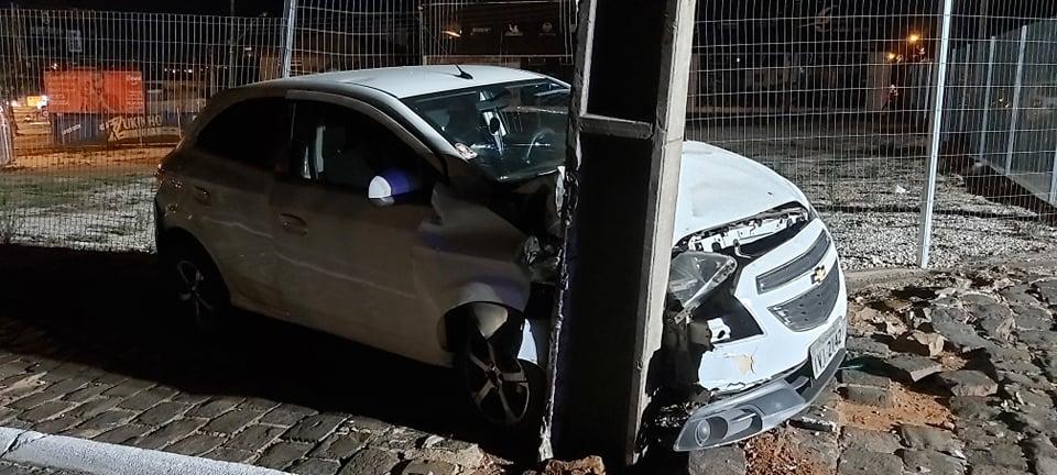 UBER embriagado provoca acidente e bate em poste no Centro