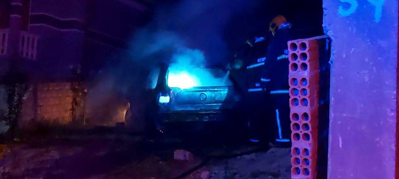 Homens invadem residência à procura de jovem e colocam fogo em carro