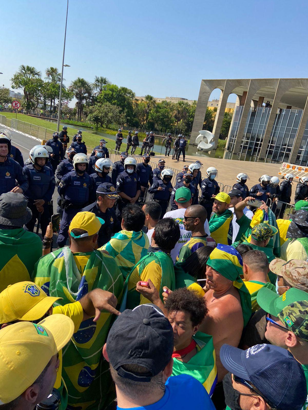 Manifestantes se emocionam ao cantar Hino Nacional