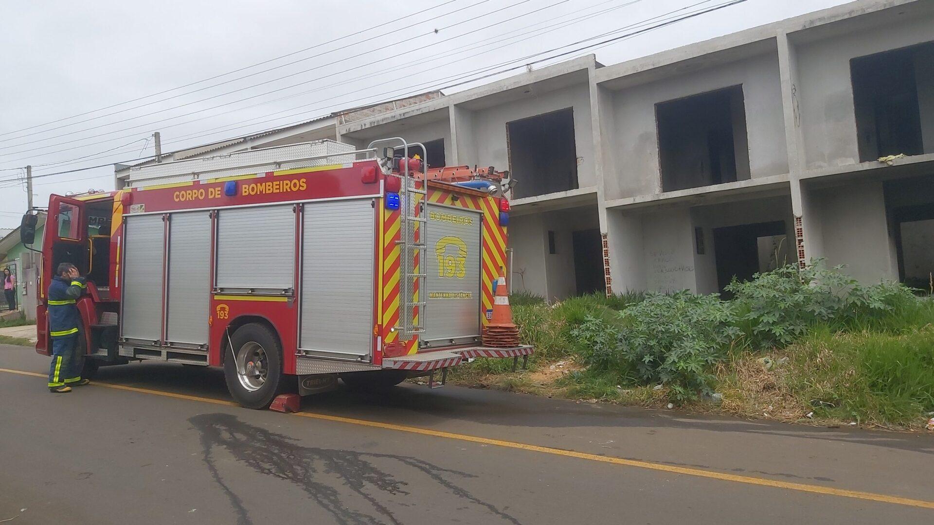 Fogo dentro de casa em construção mobiliza bombeiros em PG