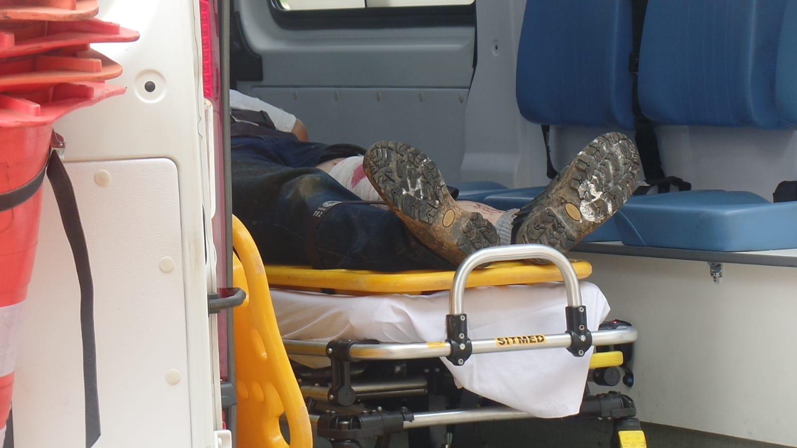 Trabalhador perde o controle da serra elétrica e fica gravemente ferido