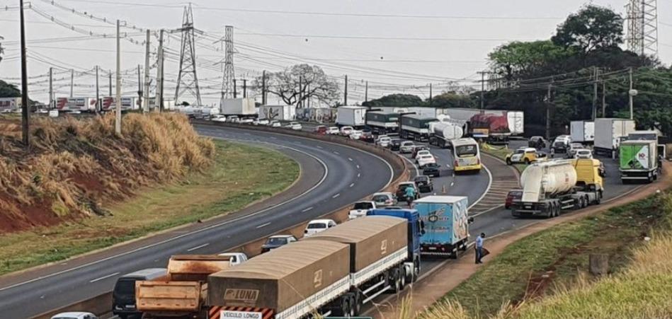 Caminhoneiros bloqueiam trechos da BR 277 e rodovias estaduais no Paraná