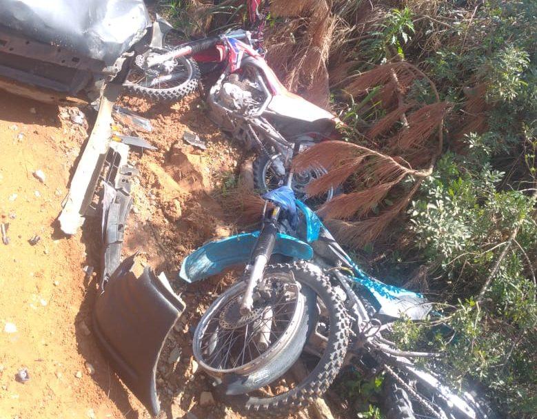 Motos ficam destruídas após colisão com carro na Est. do Alagados