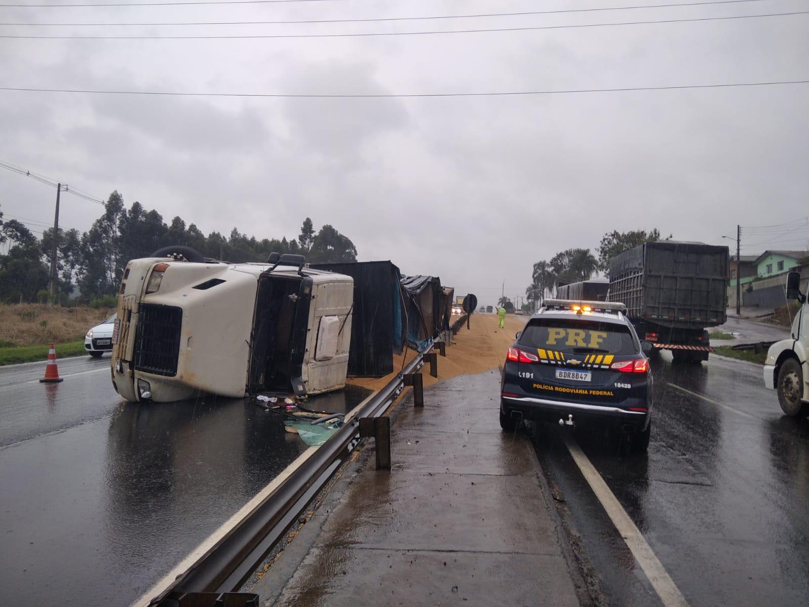 Caminhão tomba na 376 e motorista é encaminhado ao hospital