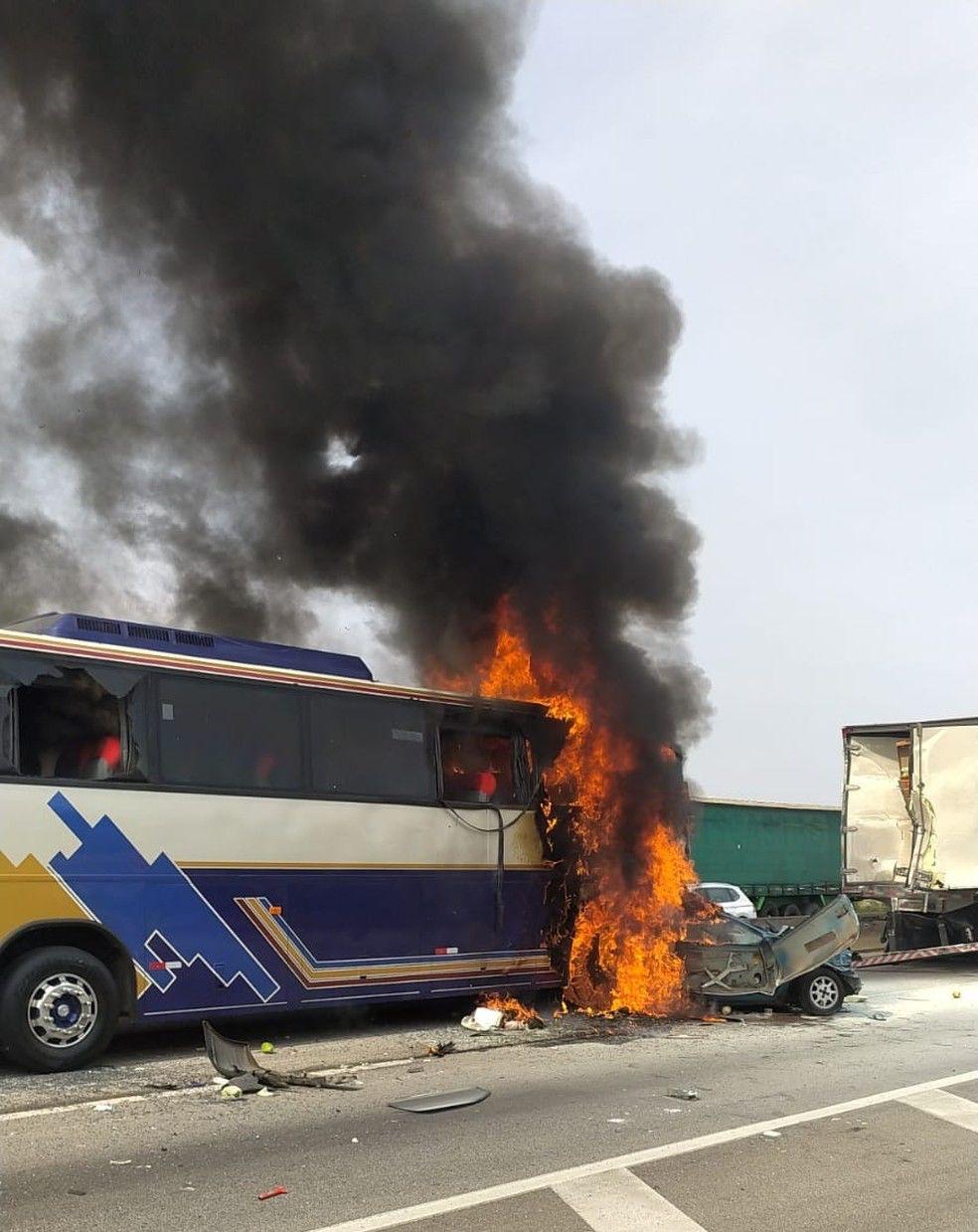Seis pessoas morrem e sete ficam ferida em grave acidente entre, carros, ônibus e caminhão