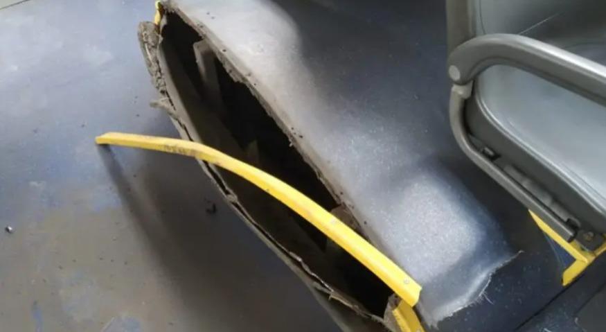 Explosão deixa buraco no chão de ônibus e três passageiros feridos