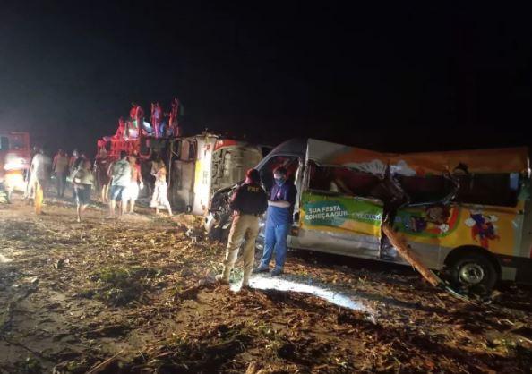 Acidente entre ônibus, van e caminhão deixa 12 mortos