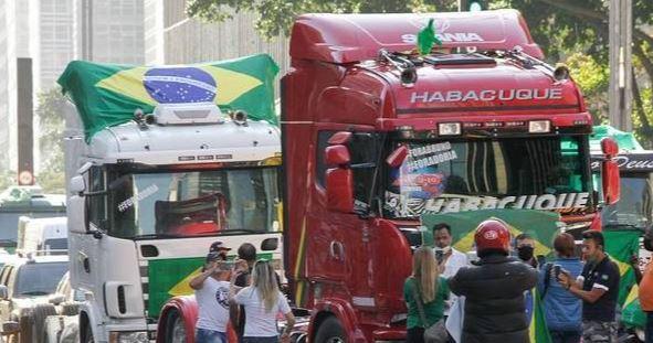 Caminhoneiros bloqueiam as principais rodovias do PR