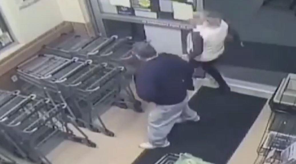 Vídeo: homem injeta sêmen em mulher no supermercado