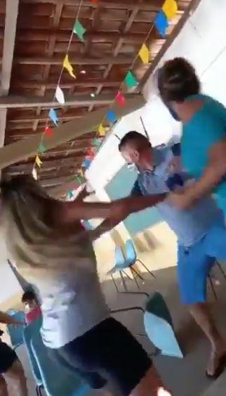 Vídeo: homem leva amante para tomar vacina e esposa estava fila