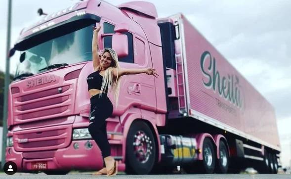 Caminhoneira dirige um Scania rosa pelo Brasil e mostra sua rotina nas redes sociais