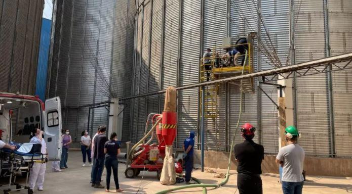 Três trabalhadores são soterrados em silo