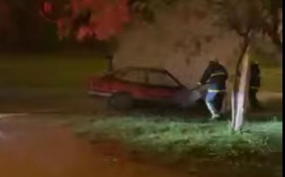 Carro estacionado é destruído após pegar fogo no Santa Terezinha