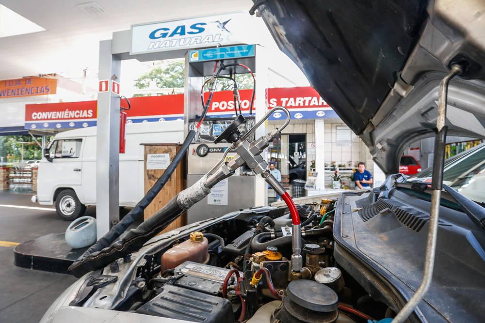 Alta no preço da gasolina impulsiona conversões para abastecer com gás veicular