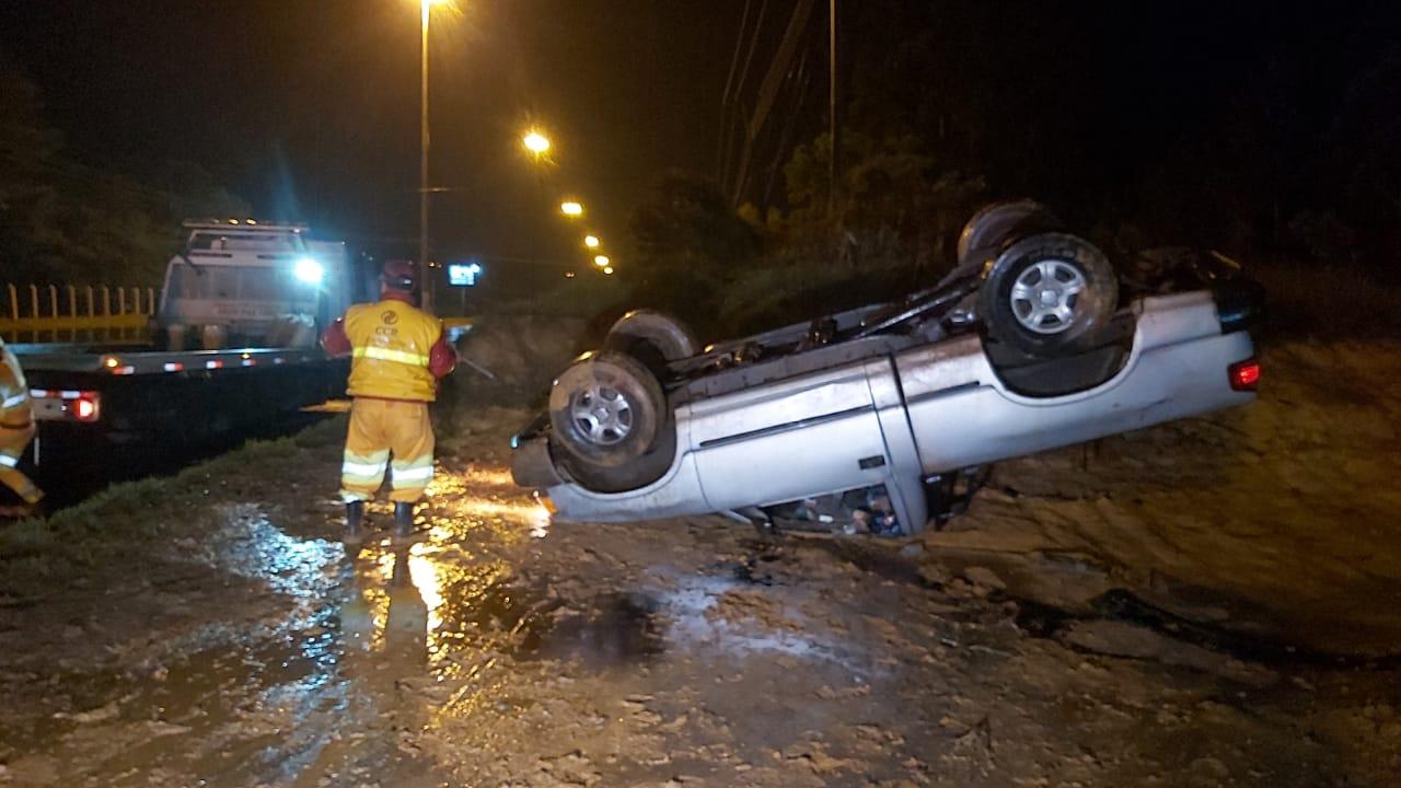 Motorista perde controle da caminhonete e capota na Souza Naves em PG