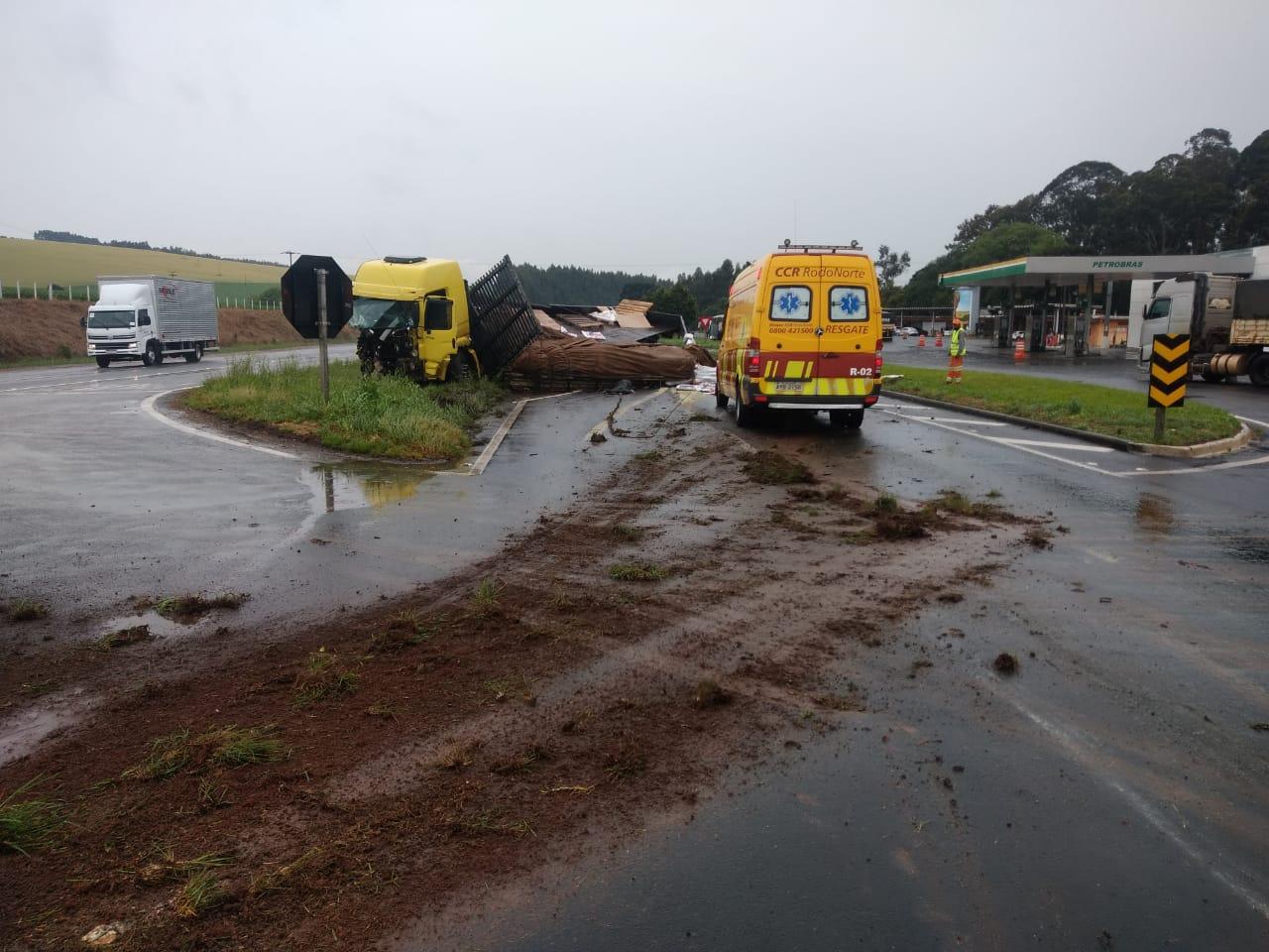 URGENTE: Tombamento de caminhão provoca congestionamento em PG