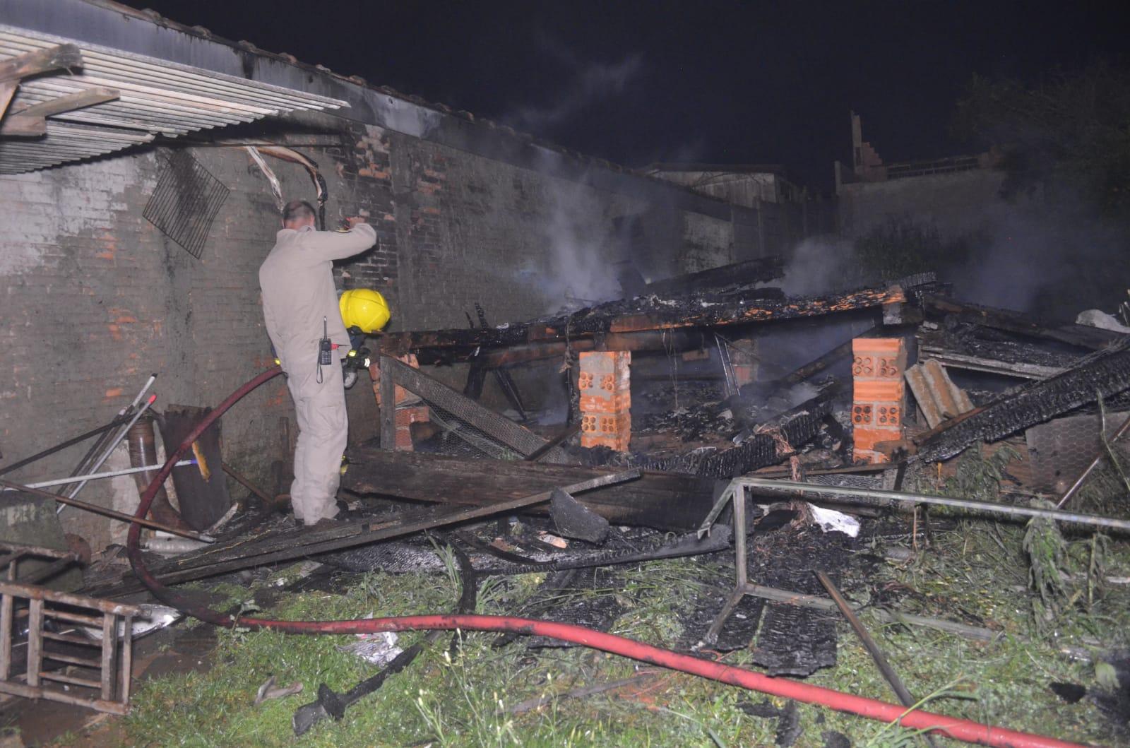 Ladrão coloca fogo em casa após não conseguir invadir em PG